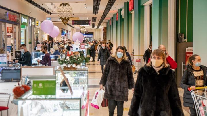 «Такое неприлично дарить»: репортаж из очередей в торговых центрах— о чём говорят и что покупают люди