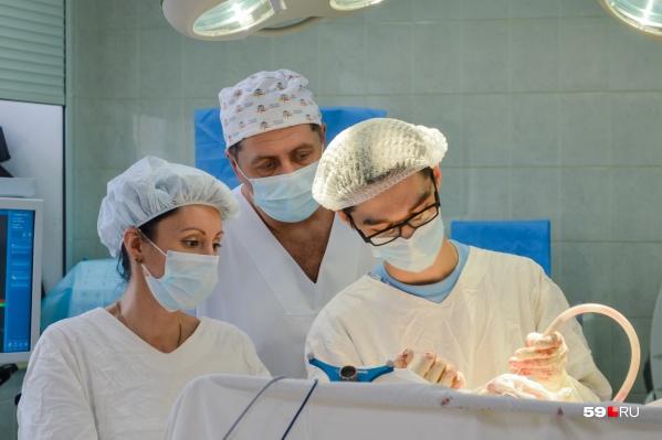 Дмитрий Штадлер (по центру) первый в регионе начал проводить новую уникальную операцию