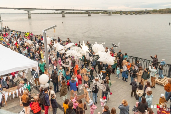Для мероприятий под открытым небом в Пермском крае действуют ограничения по числу участников: не более 50. То есть массовые шествия, как на фото, пока невозможны