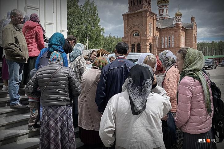 После обеда в трапезной прихожане собирают подписи под письмом патриарху Кириллу