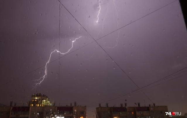 Из-за грозы под Челябинском 2000 человек остаются без электричества