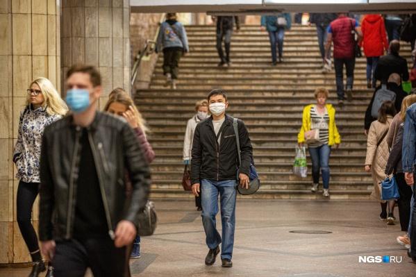 В защитных масках ходят далеко не все