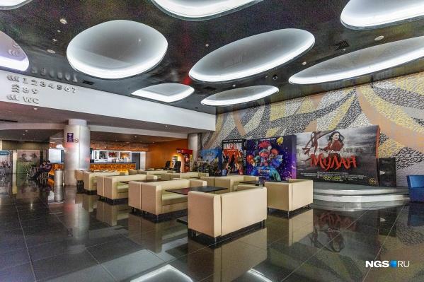 Больше всего от эпидемии страдает сфера развлечений: власти рекомендуют ограничить посещение кинотеатров и детских игровых площадок