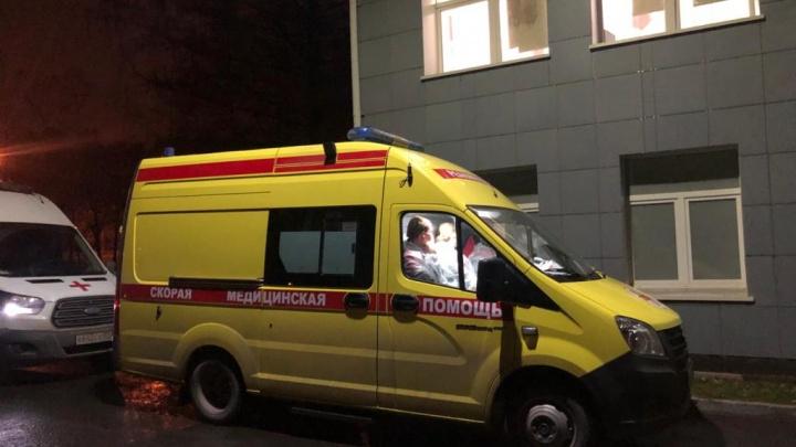 «Вызовы поступают нон-стоп»: о чем говорят медики скорой в пробке к ковидной больнице в Екатеринбурге