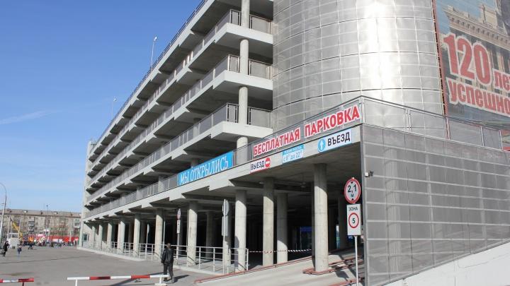 Часть перехватывающей парковки на Маркса решили сделать платной — семь лет денег за нее не брали