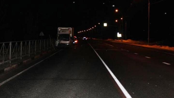 Смертельное ДТП на новосибирской трассе: грузовик влетел в пешеходное ограждение