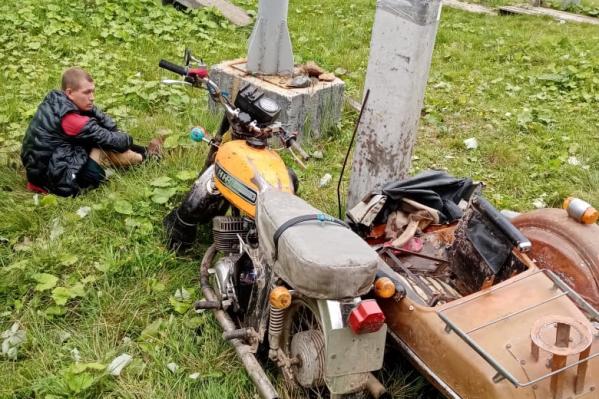 После аварии мужчина сидел возле мотоцикла и сокрушался, что он разбит