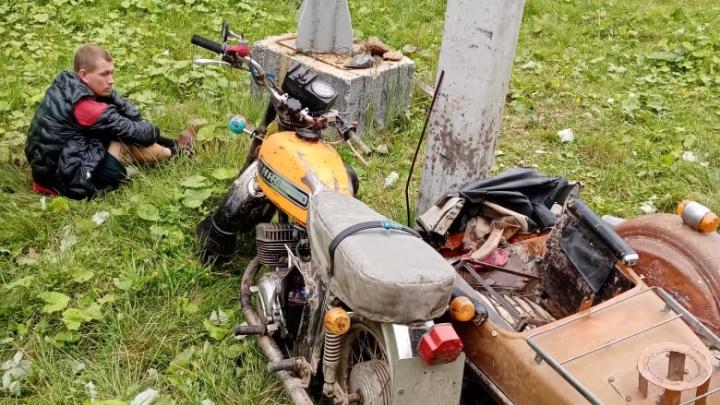В Свердловской области пьяный отец разбил мотоцикл с детьми о столб: видео