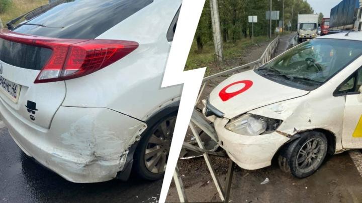 «Зацепил две иномарки»: из-за ДТП с участием такси в Ярославле образовался затор