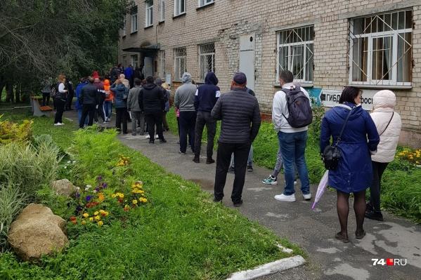 Только на улице, по нашим прикидкам, стоит около 40 человек