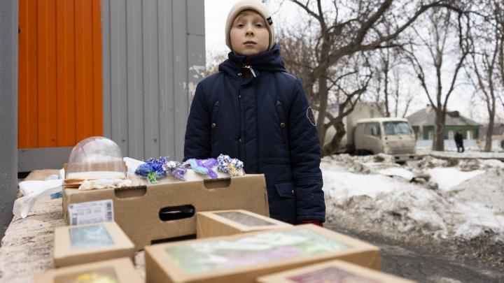 Пятиклассник на Уралмаше продаёт по вечерам самодельные броши, чтобы отправить деньги ровесникам в Южный Судан
