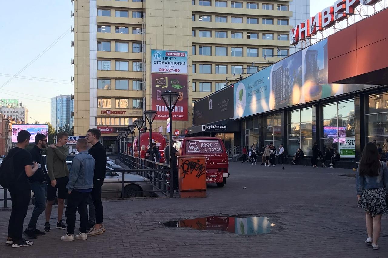 У «Универсама» на Ленина к 21:00 вечера по-прежнему много людей. Кажется, в такой тёплый вечер компании не хотят расходиться по домам