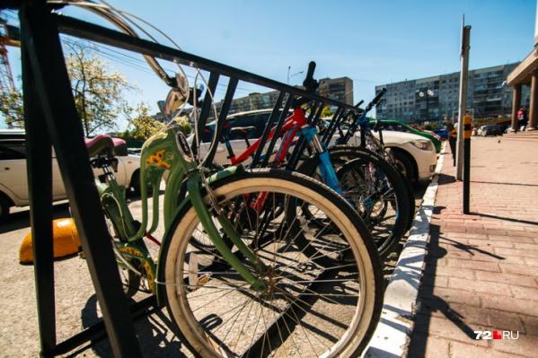 Пока тюменцы передвигаются на собственных велосипедах, но вскоре появятся станции с городскими «машинами». Наверняка, они будут оформлены в едином стиле
