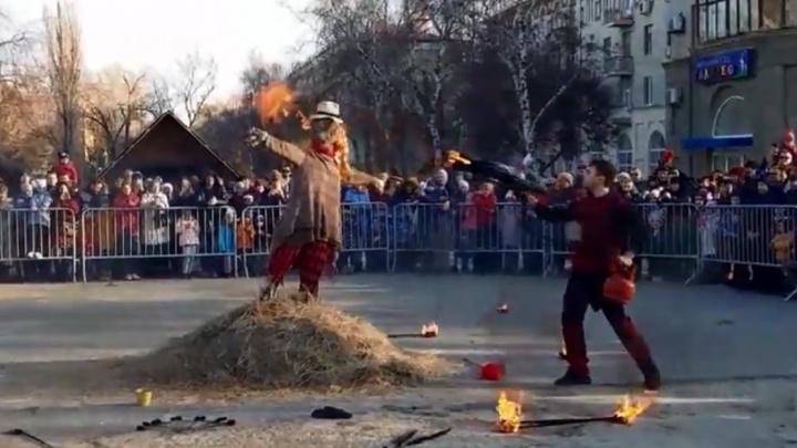 Чтобы не погасло: в Комсомольском саду Масленицу сожгли огнеметом