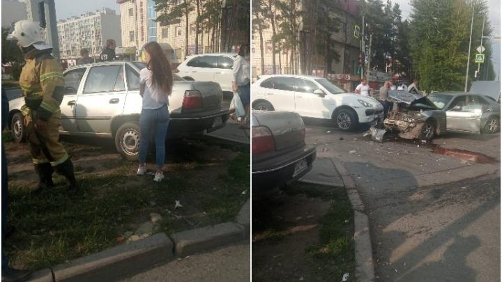 Три иномарки жестко столкнулись на Московском тракте