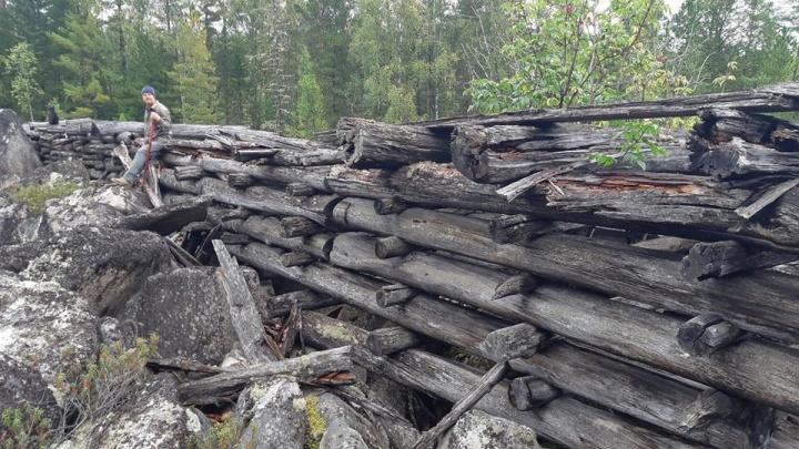 В глухой тайге туристы обнаружили старинное сооружение: выясняем, для чего его построили