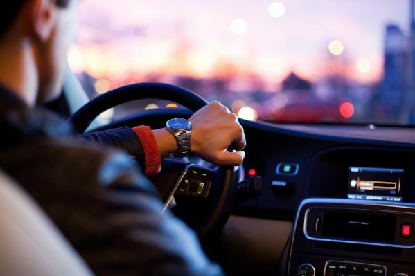 Водитель такси и сотрудник службы доставки рассказали, почему решили поучаствовать в глобальном налоговом эксперименте
