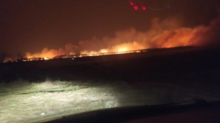 Окраины нескольких омских деревень охватило пламя, которое разгонял сильный ветер