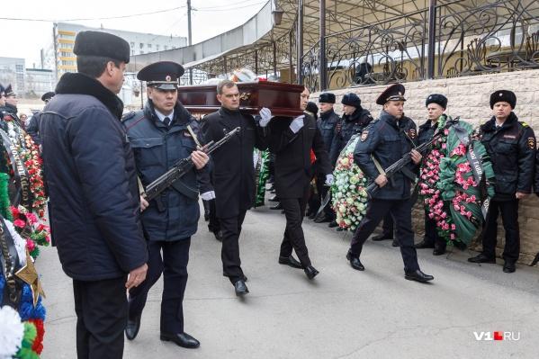 В последний путь Владимира Тафинцева провожали с почетным караулом и оркестром