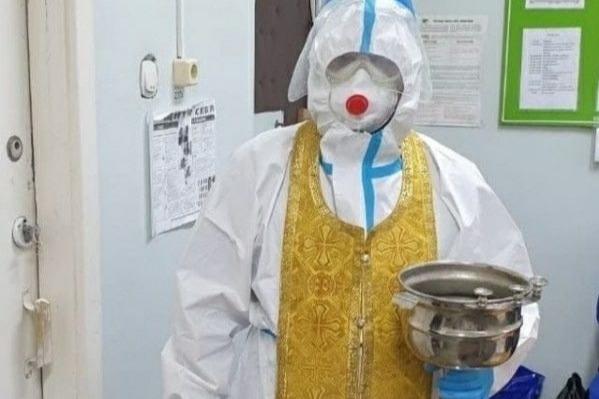 Медики позаботились о безопасности здоровья и облачили батюшек в защитный костюм и респиратор