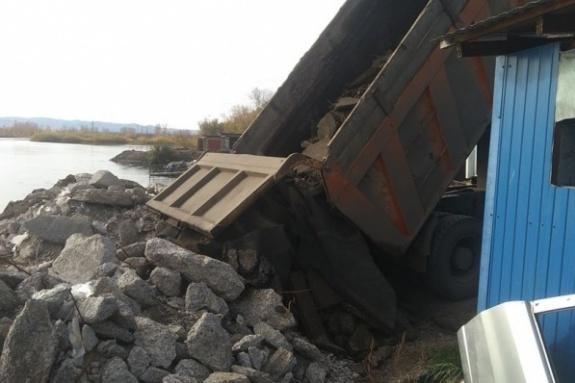 Мусор вывозили через дыру в бетонном заборе