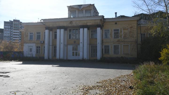Расчищают территорию под «золотой» автовокзал: старый аэропорт Уктус обнесли забором