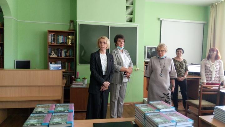 В челябинской школе после скандала нашли учебники для класса, на который выделили одну книгу