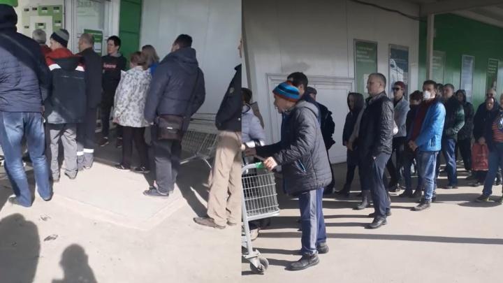 К строительному магазину в ТЦ «Космопорт» выстроилась огромная очередь
