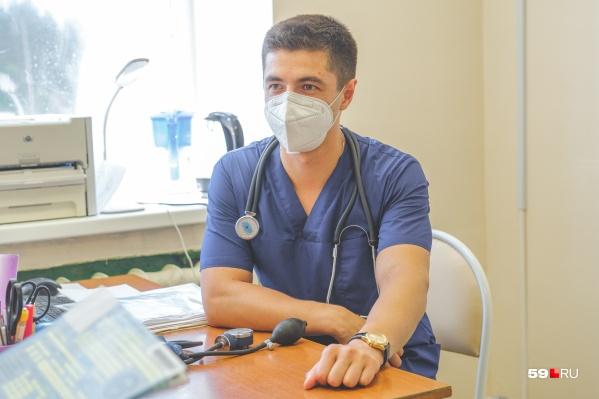 Молодой кардиолог в рабочей обстановке