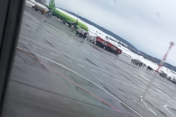 К каждому самолету оперативно стягивают машины спецслужб