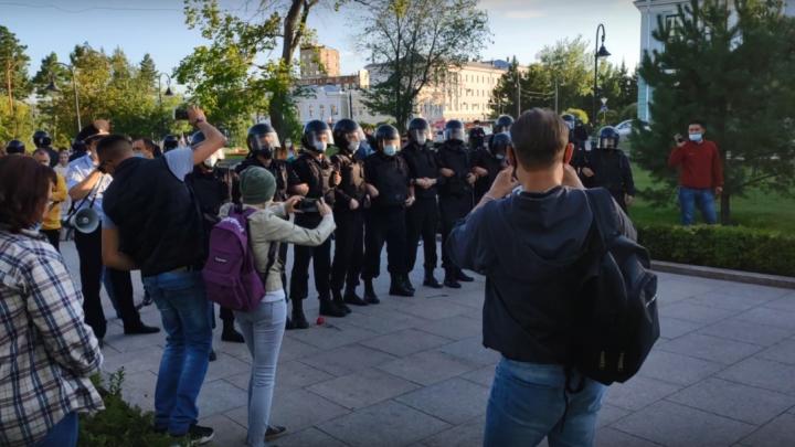 Полицейские и омоновцы разогнали омичей на митинге в поддержку Хабаровска