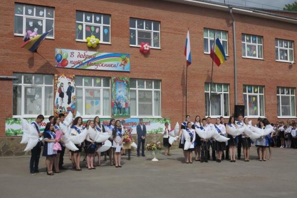 Школа № 4 — одна из крупных в Азовском районе