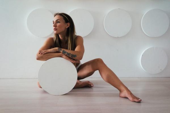 Чтобы поддерживать себя в форме, Анастасия тренируется четыре раза в неделю