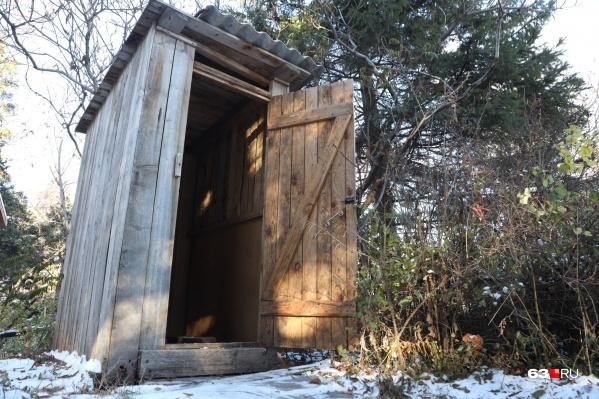 Деревянные будочки на участке — примета многих частных домов Самары