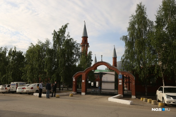 У мечети на Красина дежурят полицейские, а мусульмане заходят небольшими группами