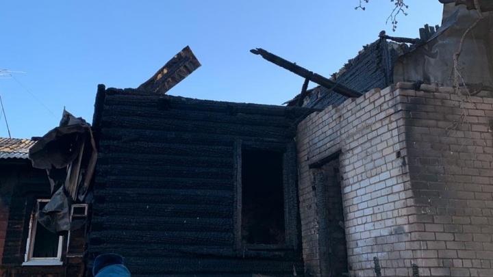 Пожарных вызвали соседи: в Камышине ночью сгорели два частных дома