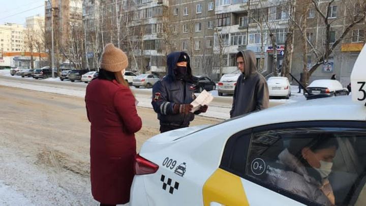 В Екатеринбурге начали ловить горожан, которые ездят в лифте без масок
