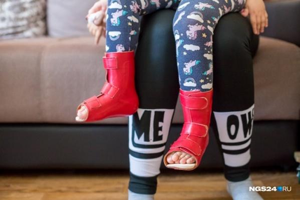 Дети со СМА носят специальные носочки для фиксации стоп<br>