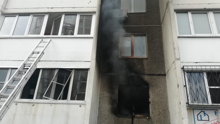 В Челябинске на пожаре в многоэтажке пострадали два человека