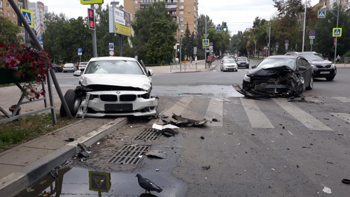 На Полевой BMW вылетела на тротуар после ДТП с Chevrolet Cruze