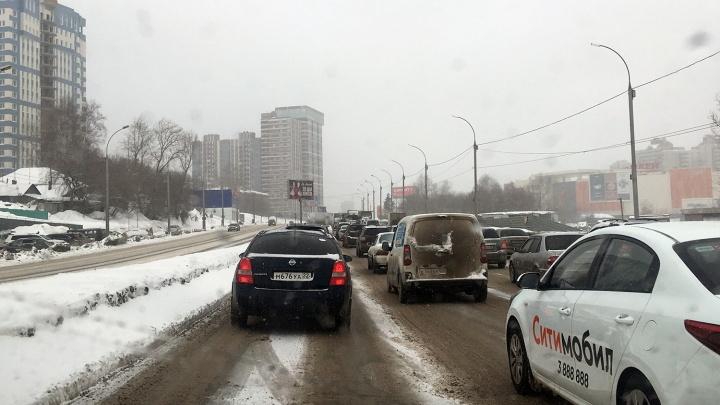 «Говорили же ехать на электричке»: новосибирцы застряли в пробках во время снегопада