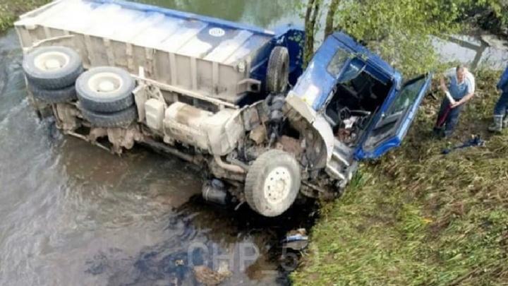 В Прикамье грузовик улетел с моста в реку из-за лопнувшего колеса