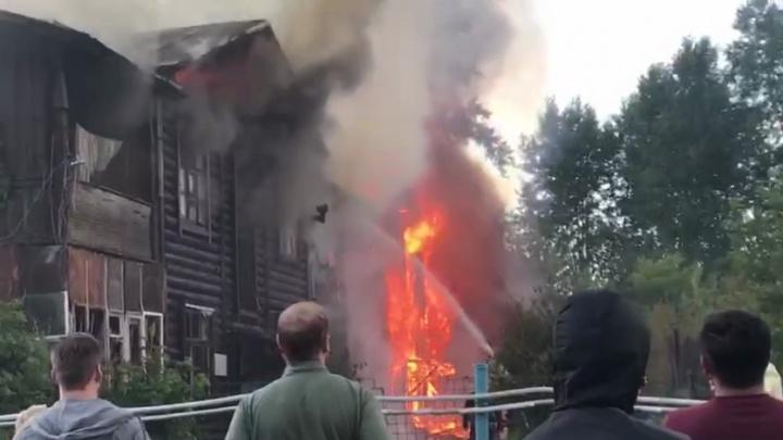 «Приехало пять пожарных машин»: на Елизавете загорелся двухэтажный дом