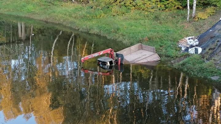 В Рыбинске грузовик вылетел с моста и утонул в реке. Фото с места ДТП