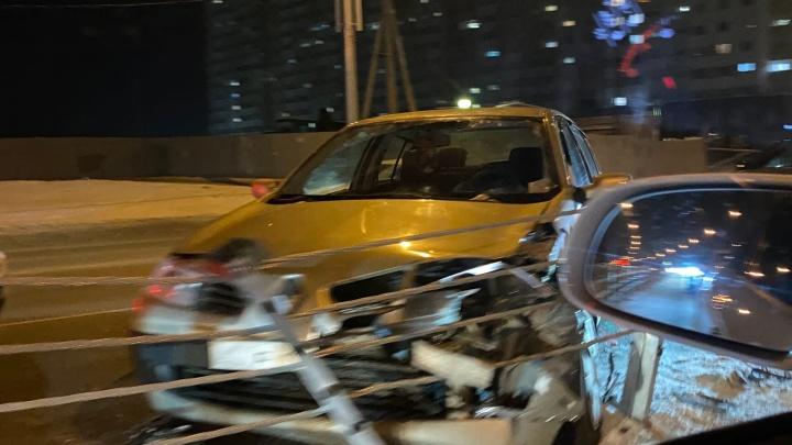 В Челябинске Renault раскрошило о новый тросовый разделитель после столкновения с Porsche