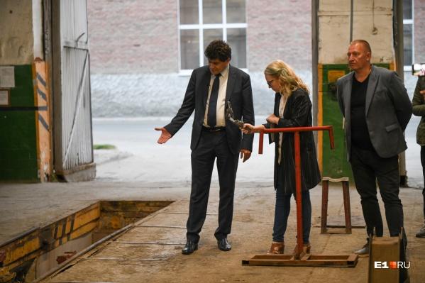 Александр Высокинский показал, как ремонтируют трамваи в Октябрьском депо