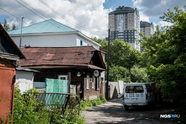 Территорию, которая должна стать центром туризма всего через два года, сейчас заполняют старые дома без водопровода и канализации, хотя вокруг всё это давно есть