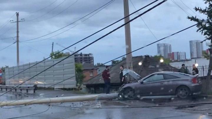 За ночь в Красноярске две машины врезались в фонарные столбы, один из водителей погиб