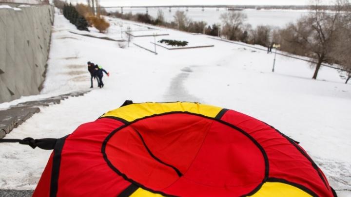 Волгоградцы скатываются с ледяной горки под колеса автомобилей