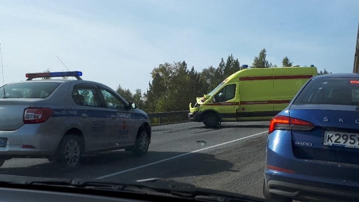 Машина реанимации столкнулась с грузовиком на трассе М-5 в Челябинской области